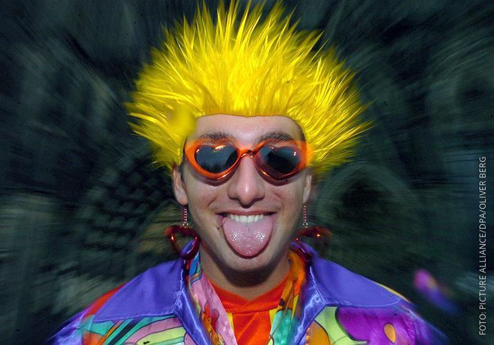 Mann im Karnevalskostüm