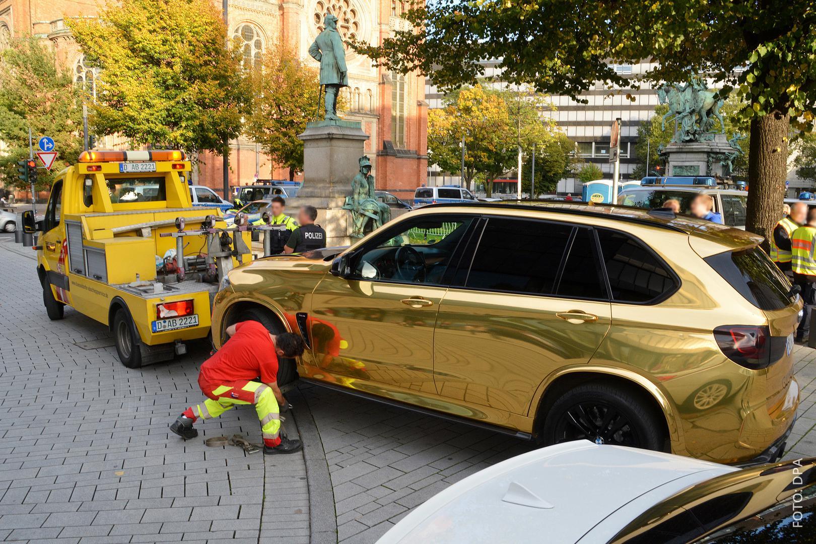 Goldenes Auto wird abgeschleppt.