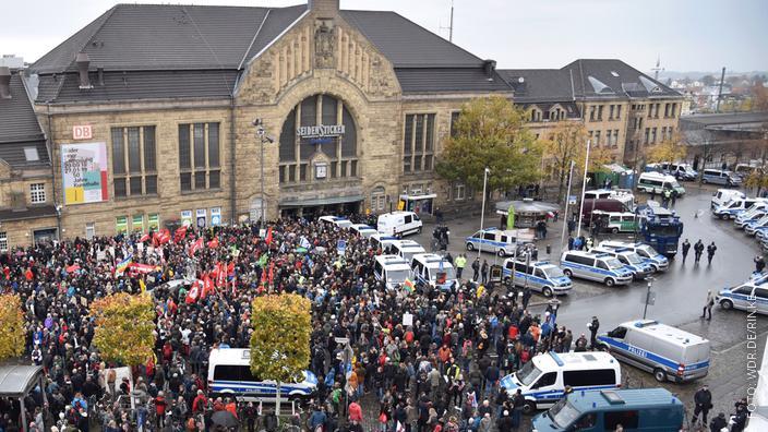 Blick von oben auf hunderte Demonstranten vor dem Bielefelder Hauptbahnhof vor einem Jahr