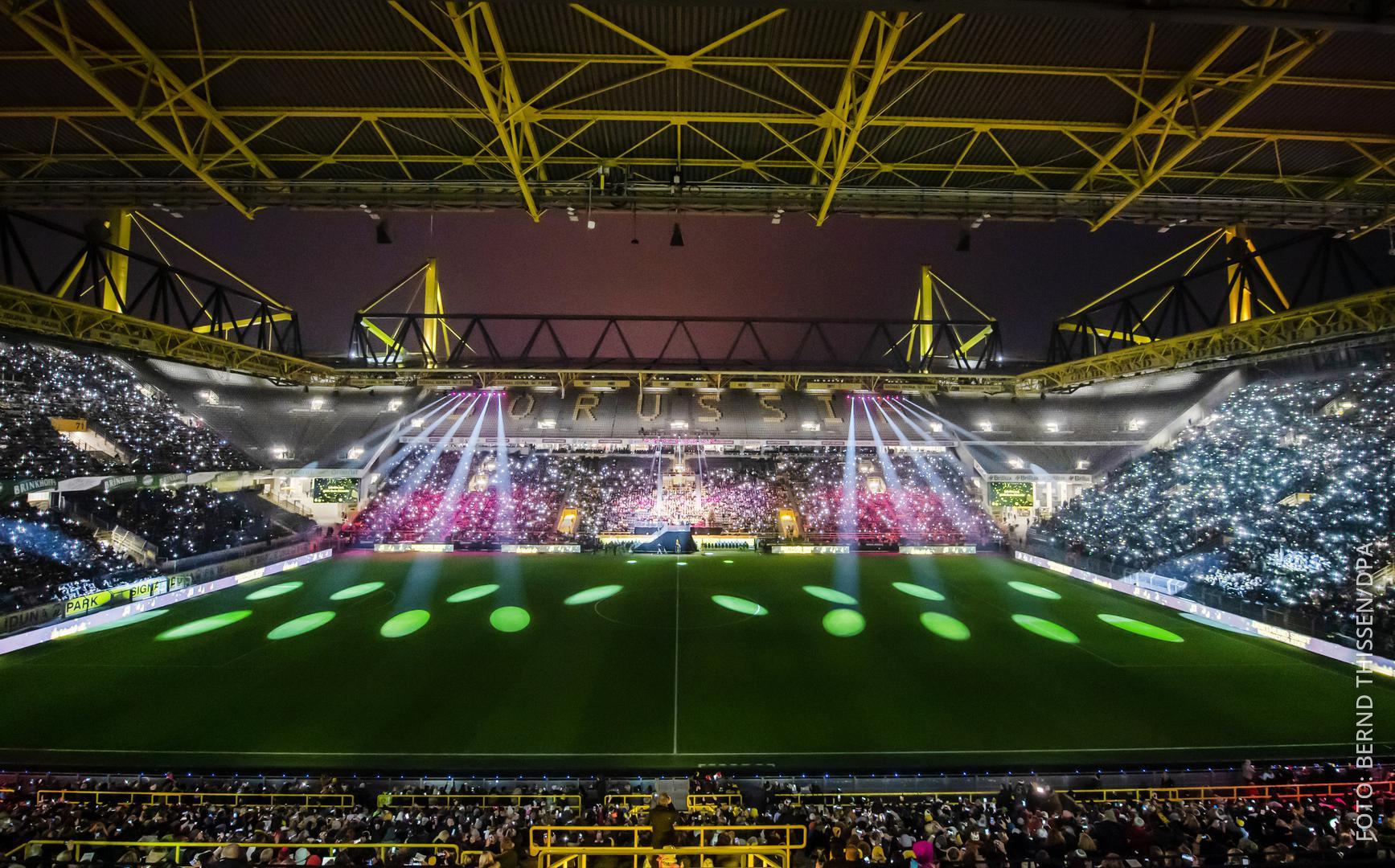 Das Dortmunder Stadion ist voll besetzt und Scheinwerfer beleuchten das Spielfeld