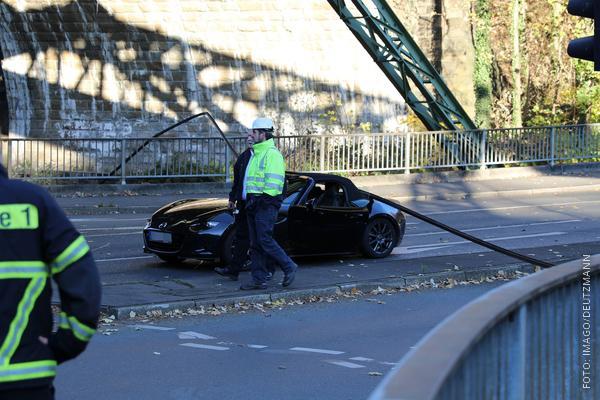 Stromschiene der Wuppertaler Schwebebahn fällt auf ein Auto