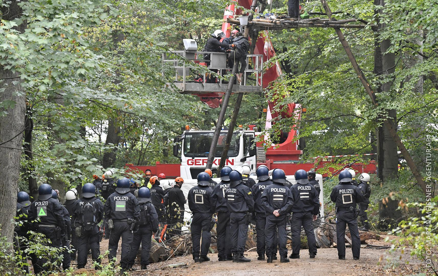 Polizei mit Kran im Einsatz, um Aktivisten vom Baumhaus zuholen