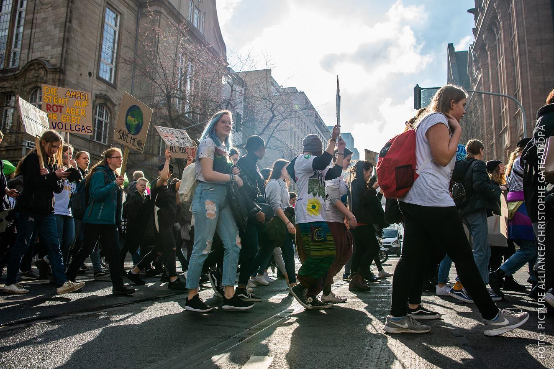 Demonstranten gehen durch Düsseldorf.