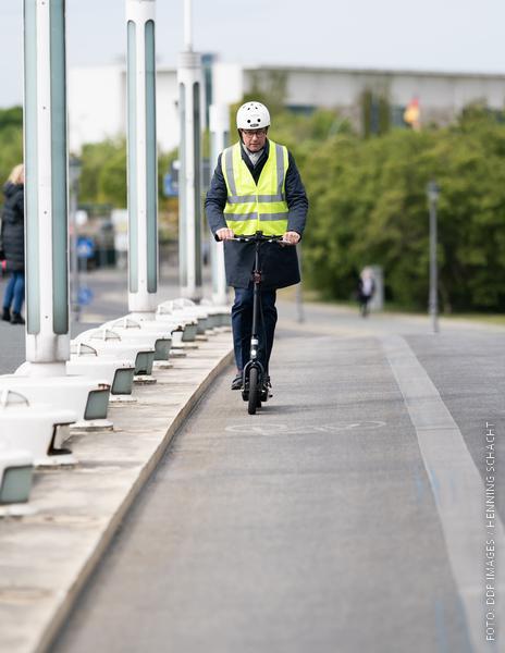 Verkehrsminister Scheuer fährt auf einem E-Scooter