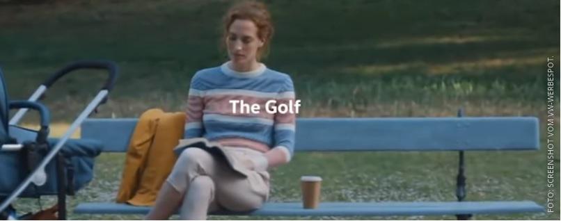 Frau sitzt auf Parkbank