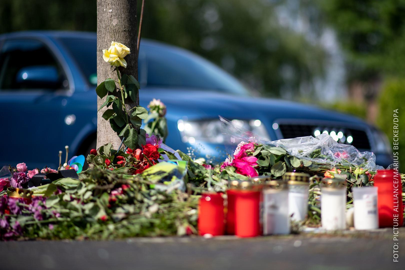 Blumen liegen an Ort, wo Frau überfahren wurde