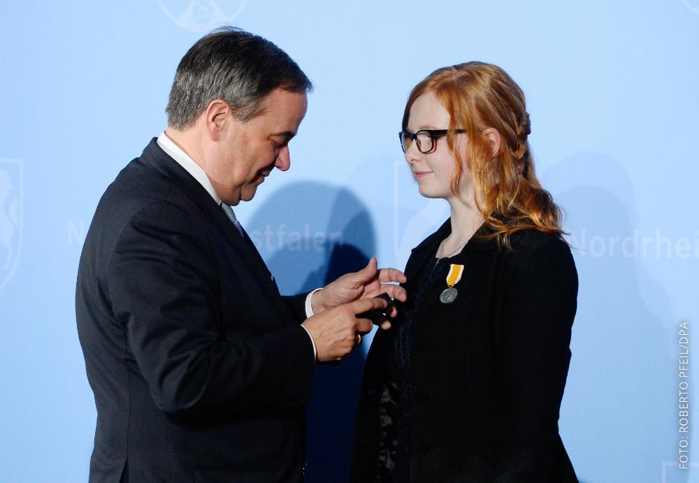 NRW-Ministerpräsident Laschet ehrt die 14-jährige Lebensretterin Zoe Karg aus Krefeld mit der Rettungsmedaille.