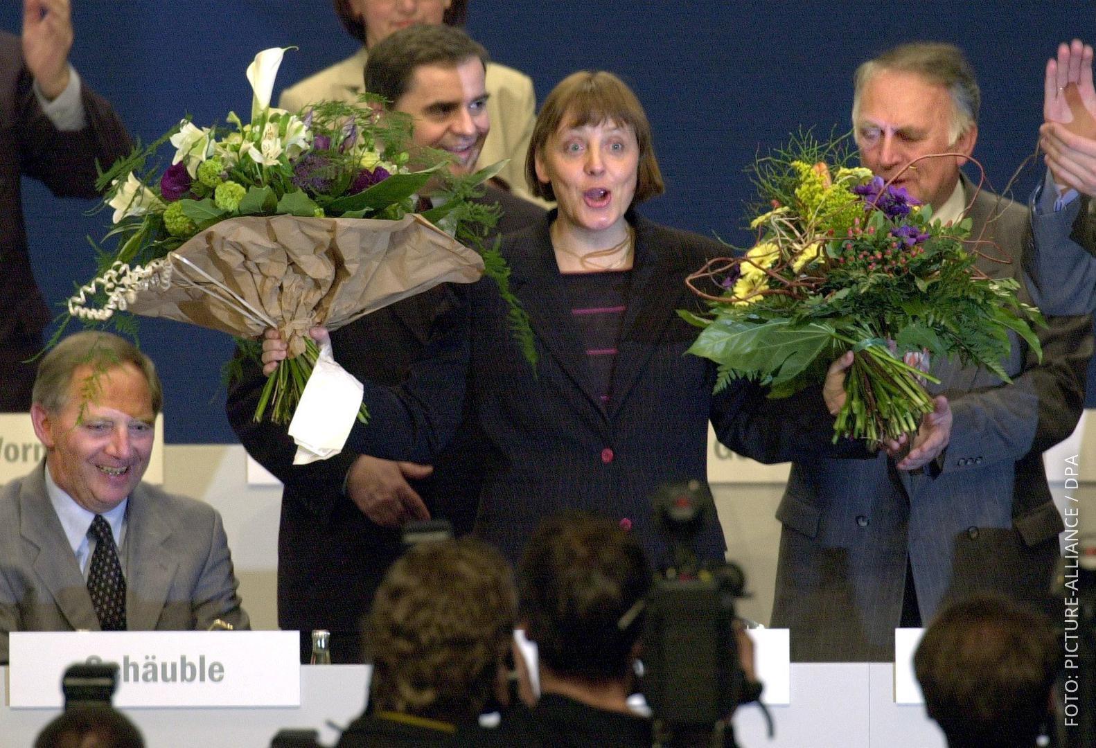 Merkel bei Wahl zur Parteichefin 2000