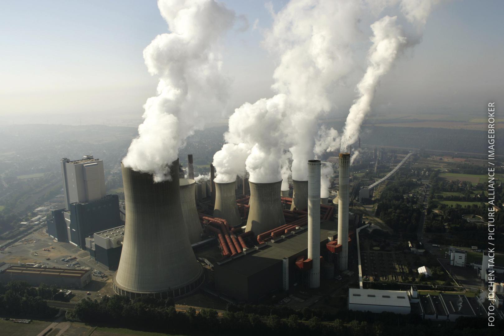 Luftaufnahme vom RWE Braunkohle Kraftwerk Niederaußem