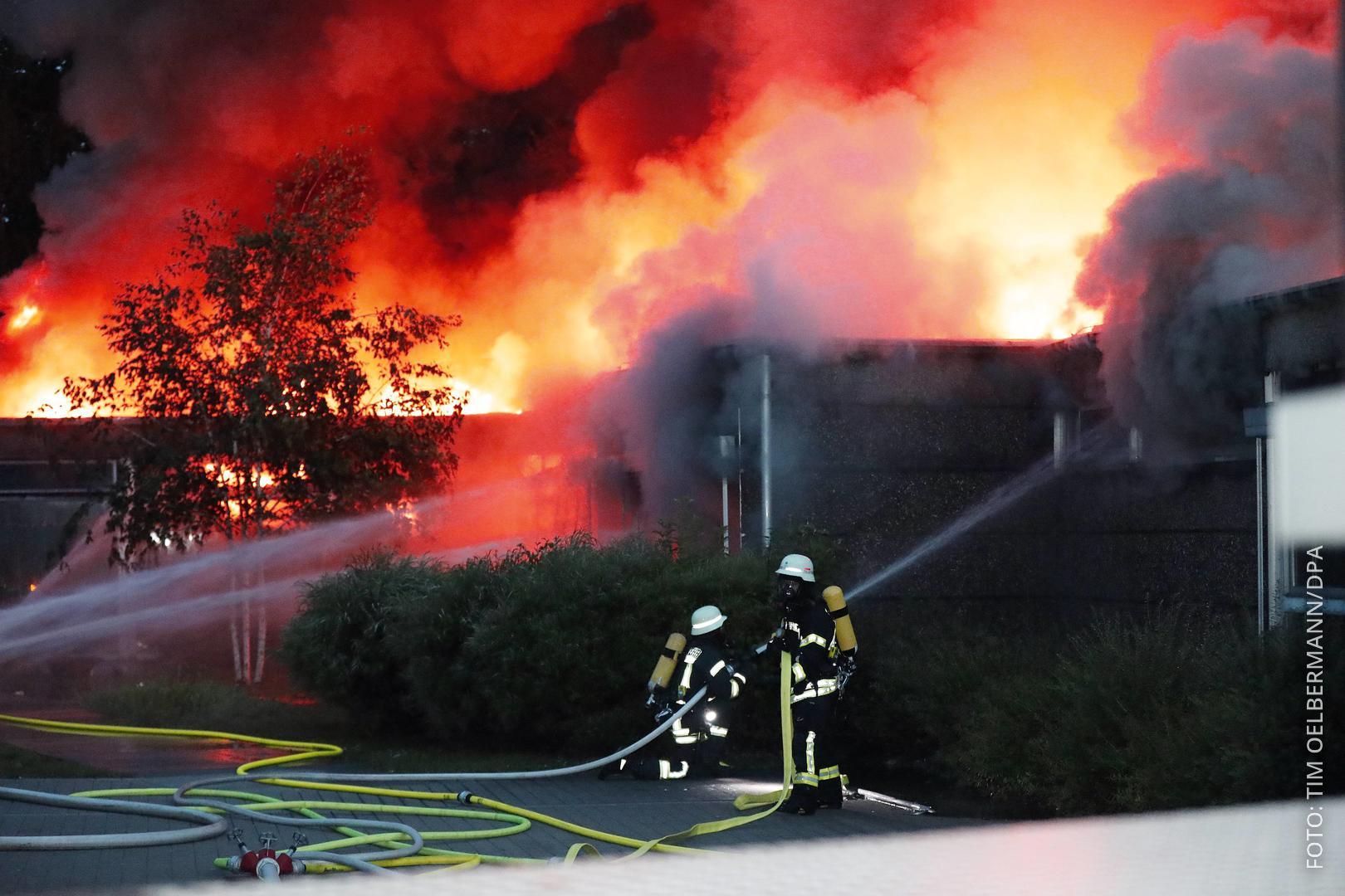 Eine Grundschule in Erkrath steht lichterloh in Flammen.