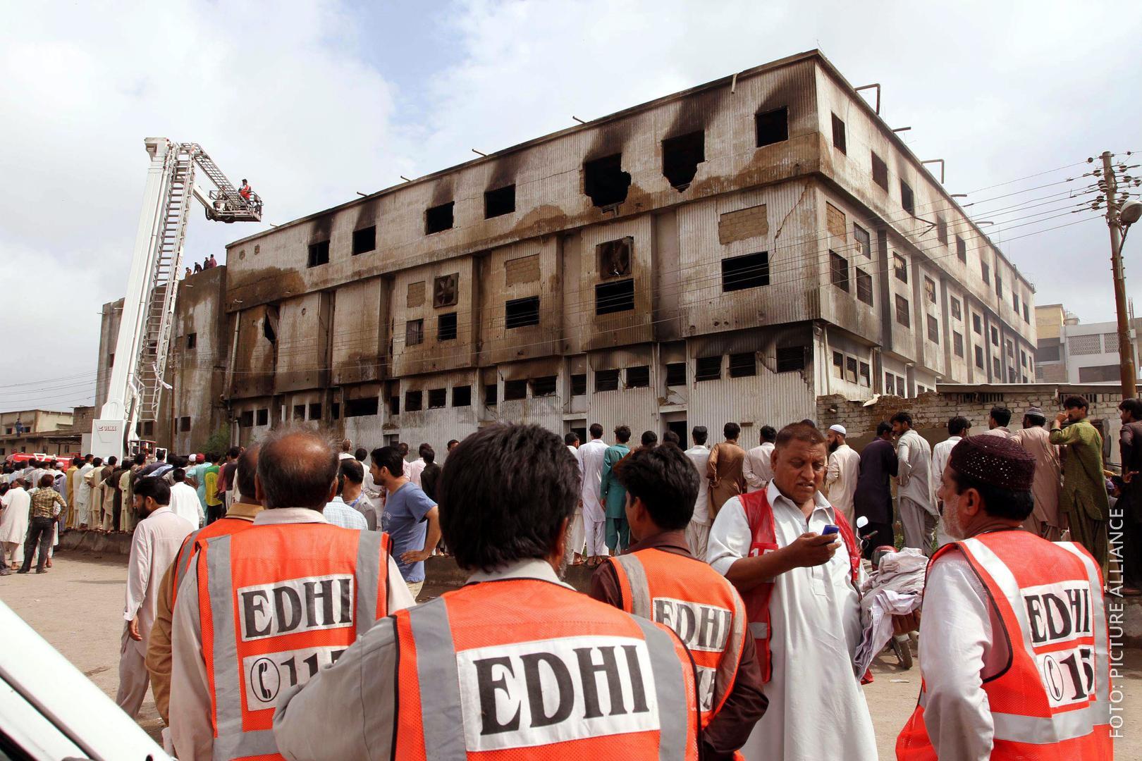 Ausgebrannte Fabrik in Pakistan