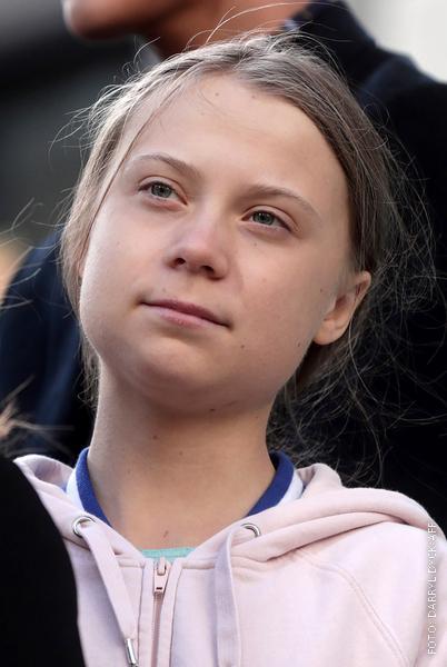 Klimaaktivistin Greta Thunberg schaut in die Ferne