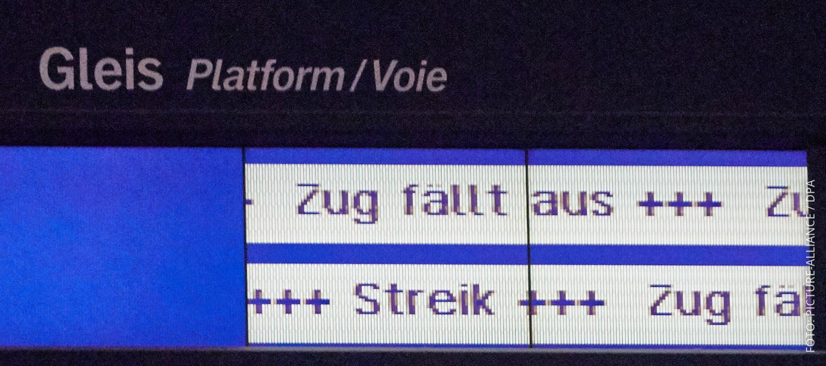 Eine Anzeigetafel weist auf Zugausfälle durch Streiks hin.