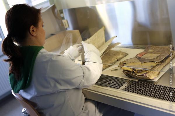 Archivarin restauriert Dokumente, die beim Einsturz verschüttet wurden