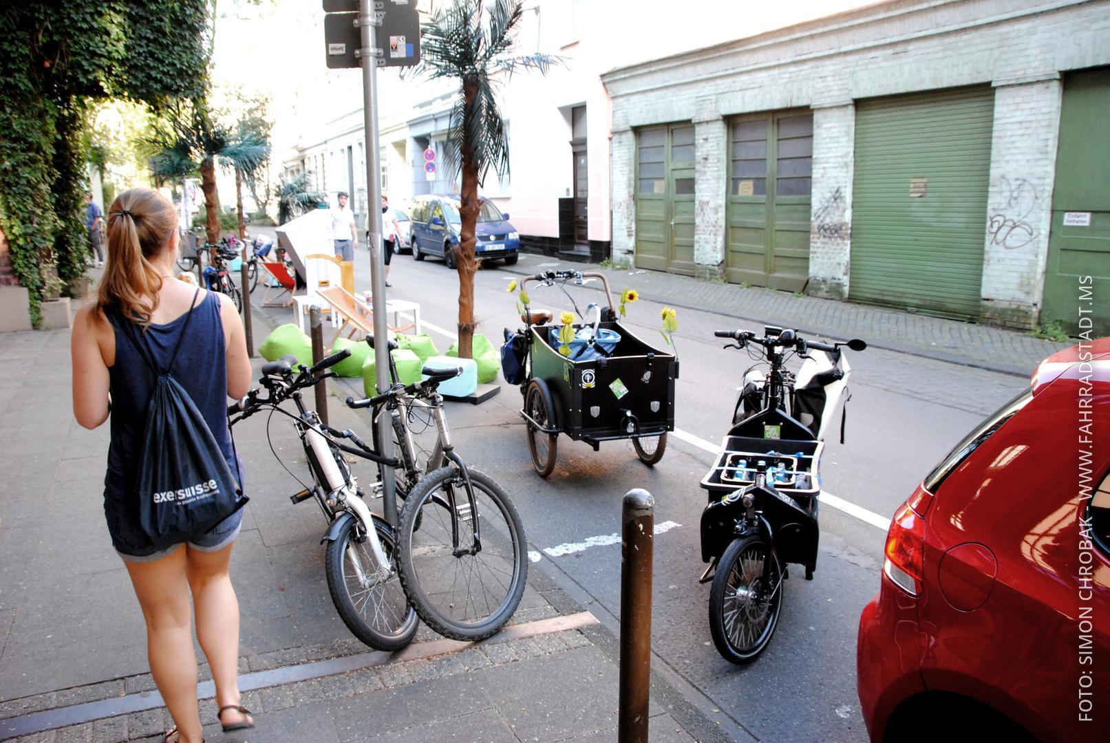 Fahrräder parken auf Autoparkplätzen