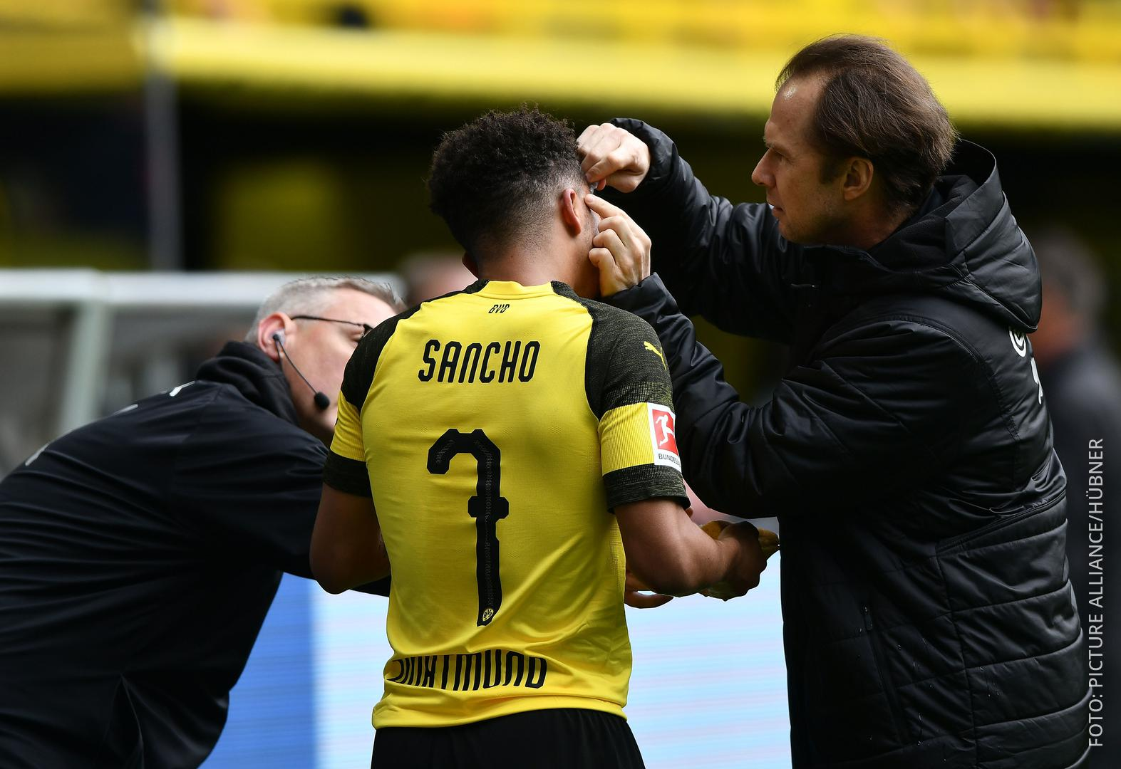 Dortmunds Spieler Sancho wird medizinisch behandelt