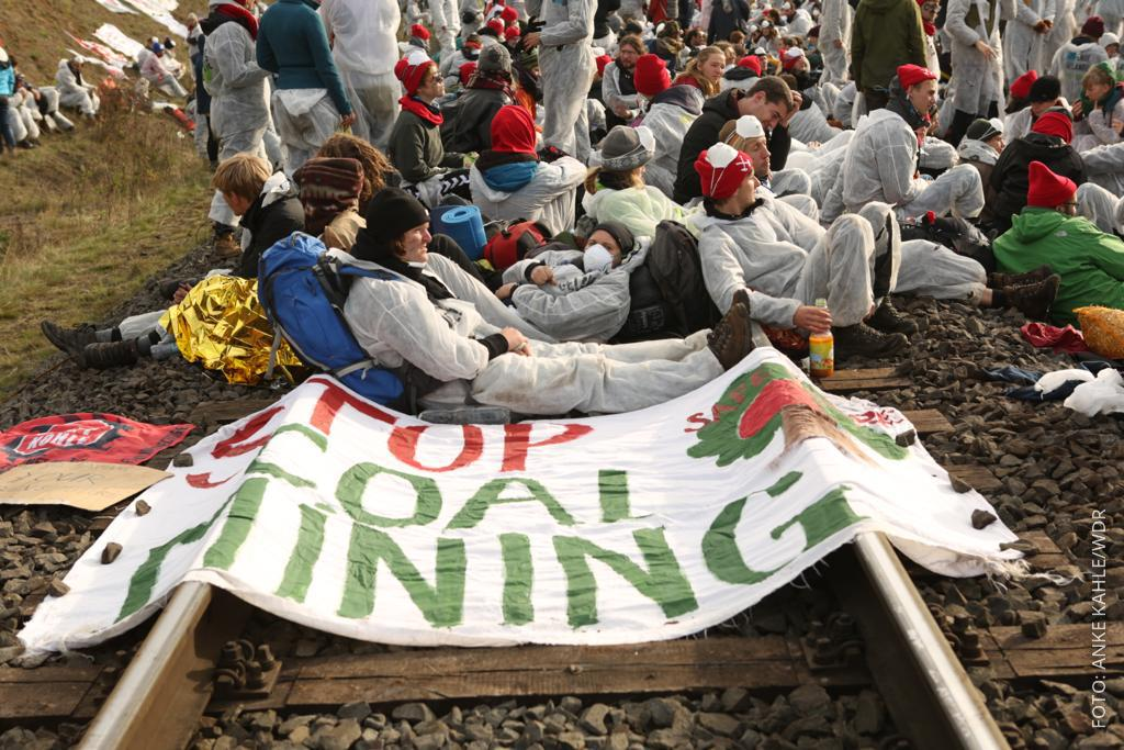 Demonstranten blockieren Hambachbahn