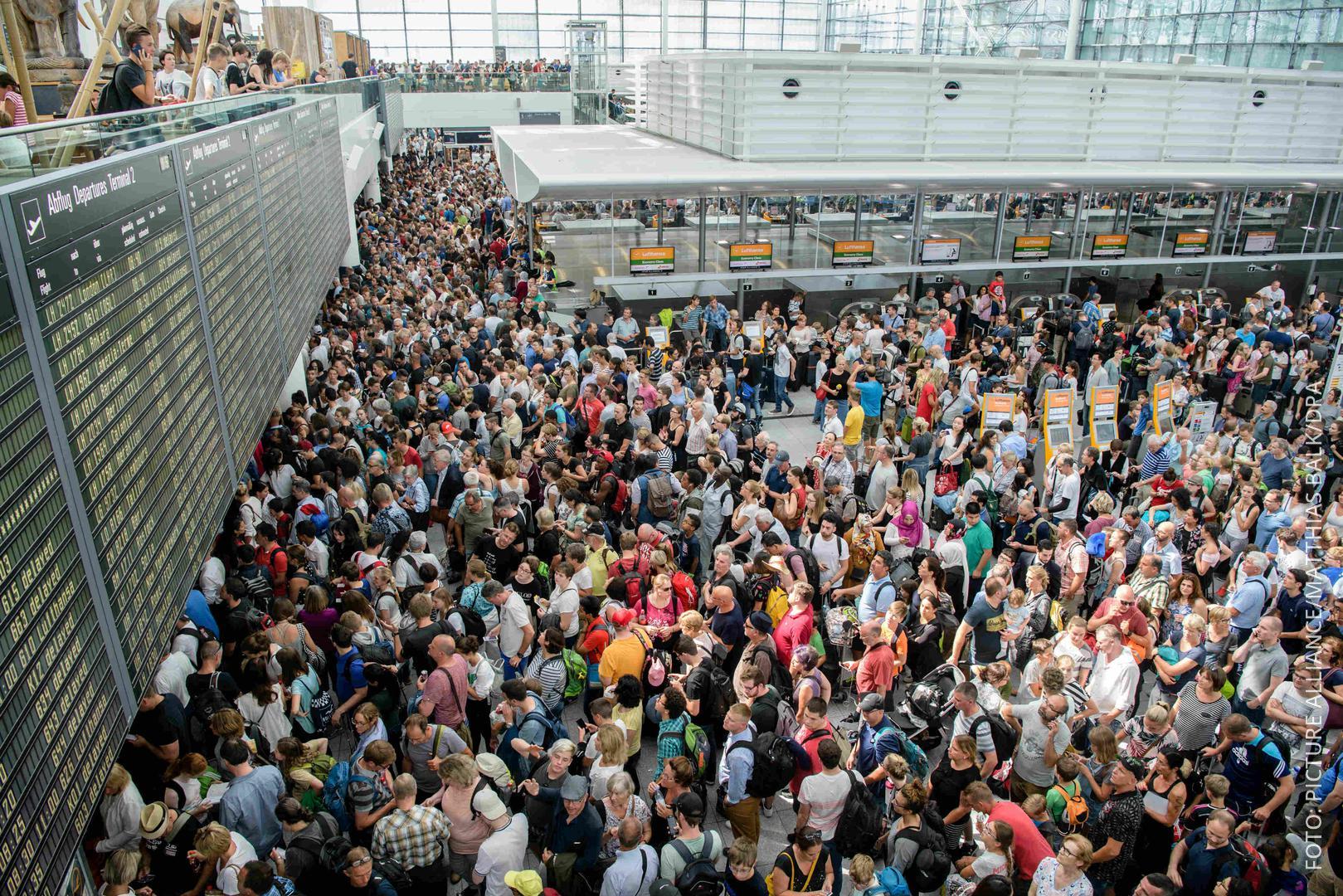 Wegen einer Sicherheitspanne warten tausende Menschen am Flughafen München.
