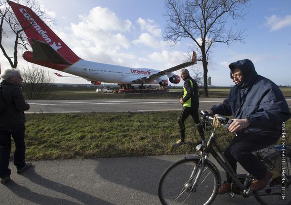 Jumbo-Jet überquert Wiese