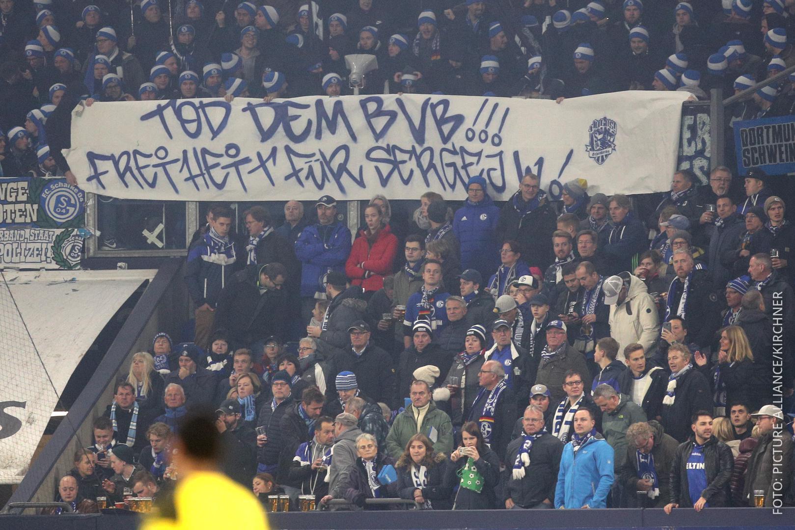 Banner der Schalker Ultras mit der Aufschrift: Tod dem BVB! Freiheit für Sergej W.