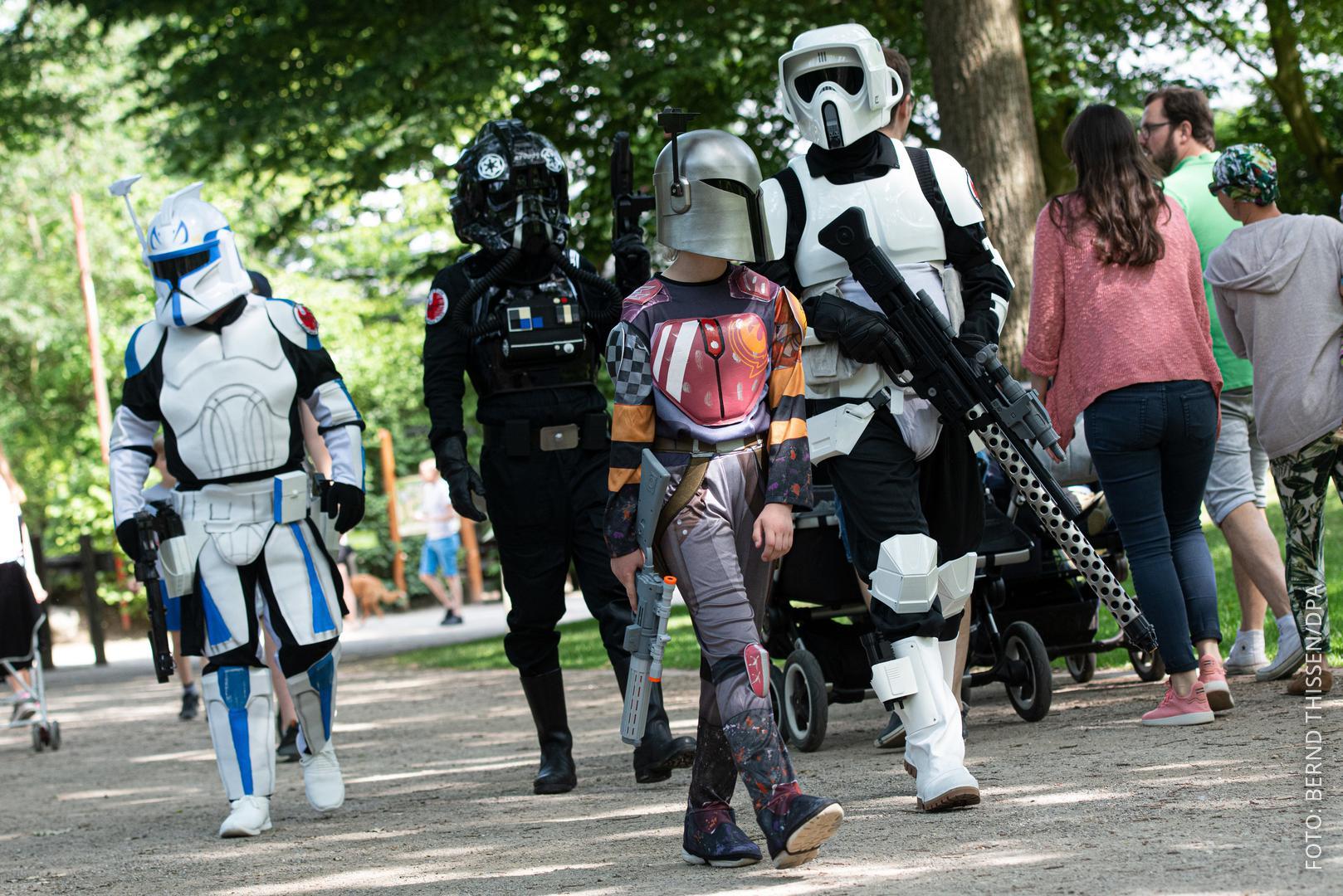 Mehrere Star-Wars-Fans in Kostüm im Zoo in Münster.