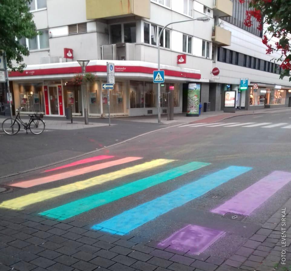 Ein Zebrastreifen in Krefeld ist in Regenbogen-Farben angemalt.