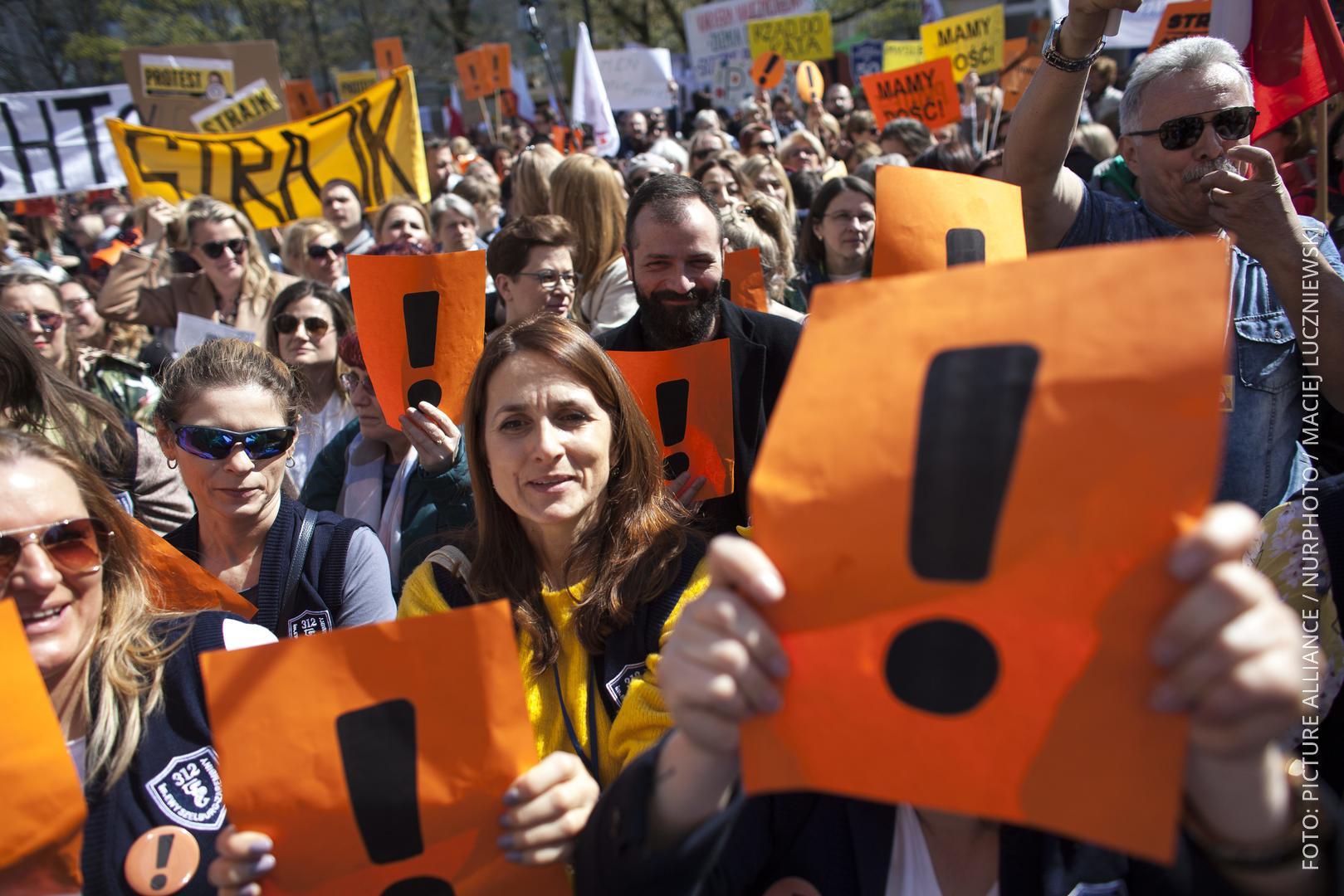 Lehrer halten Ausrufezeichen und Transparente hoch. Beim Streik am 14.04.2019 in Polen.