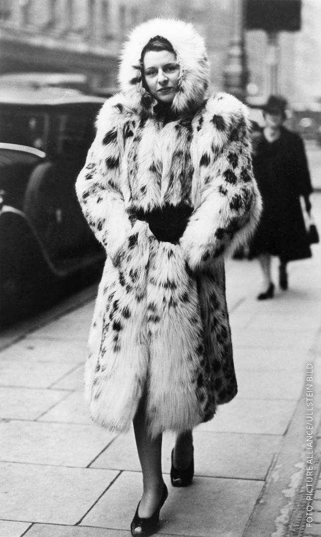 Frau mit Pelzmantel auf Straße