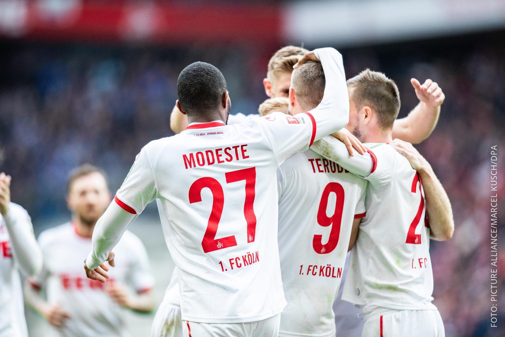 Spieler des 1. FC Köln jubeln nach einem Tor gegen Arminia Bielefeld.