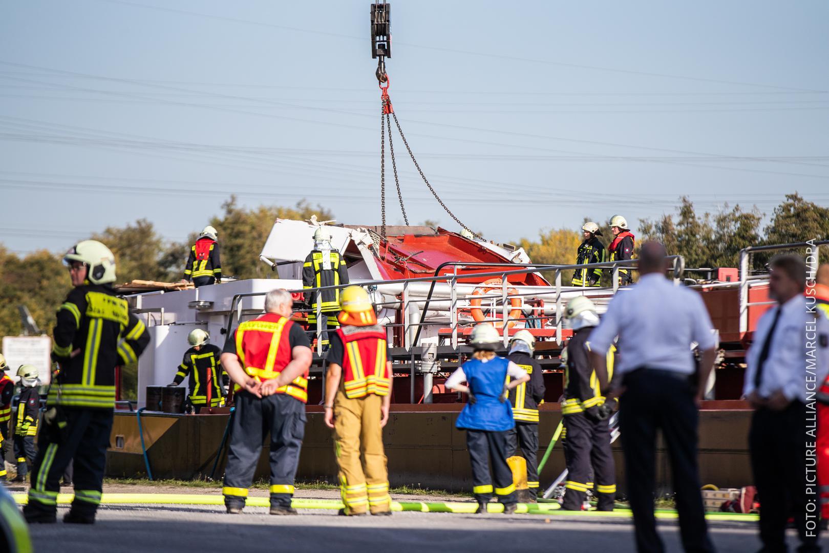 Rettungskräfte vor kaputtem Schiff