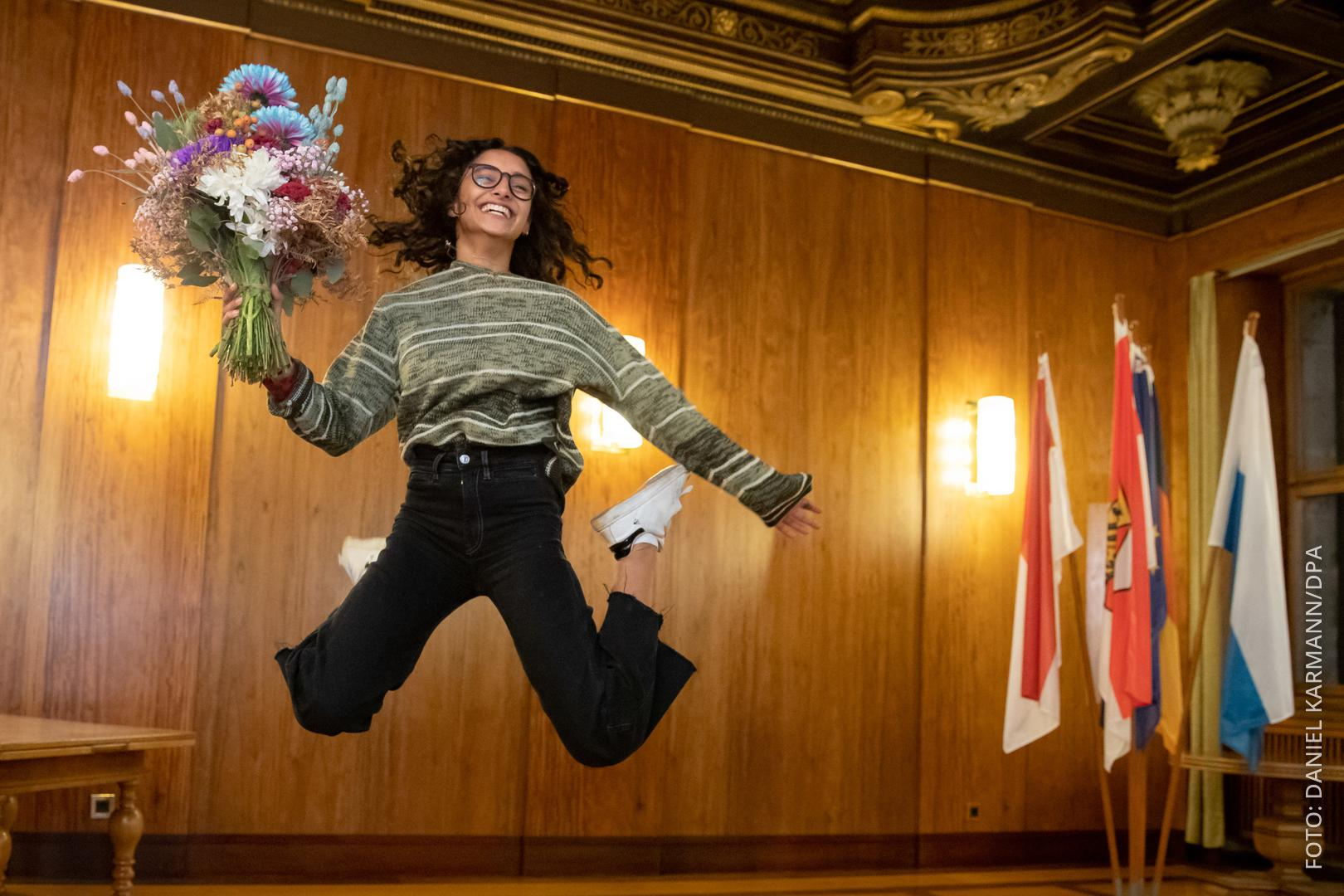 Benigna Munsi macht einen Luftsprung.