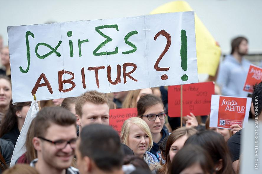 Schüler protestieren in Düsseldorf gegen Mathe-Abi