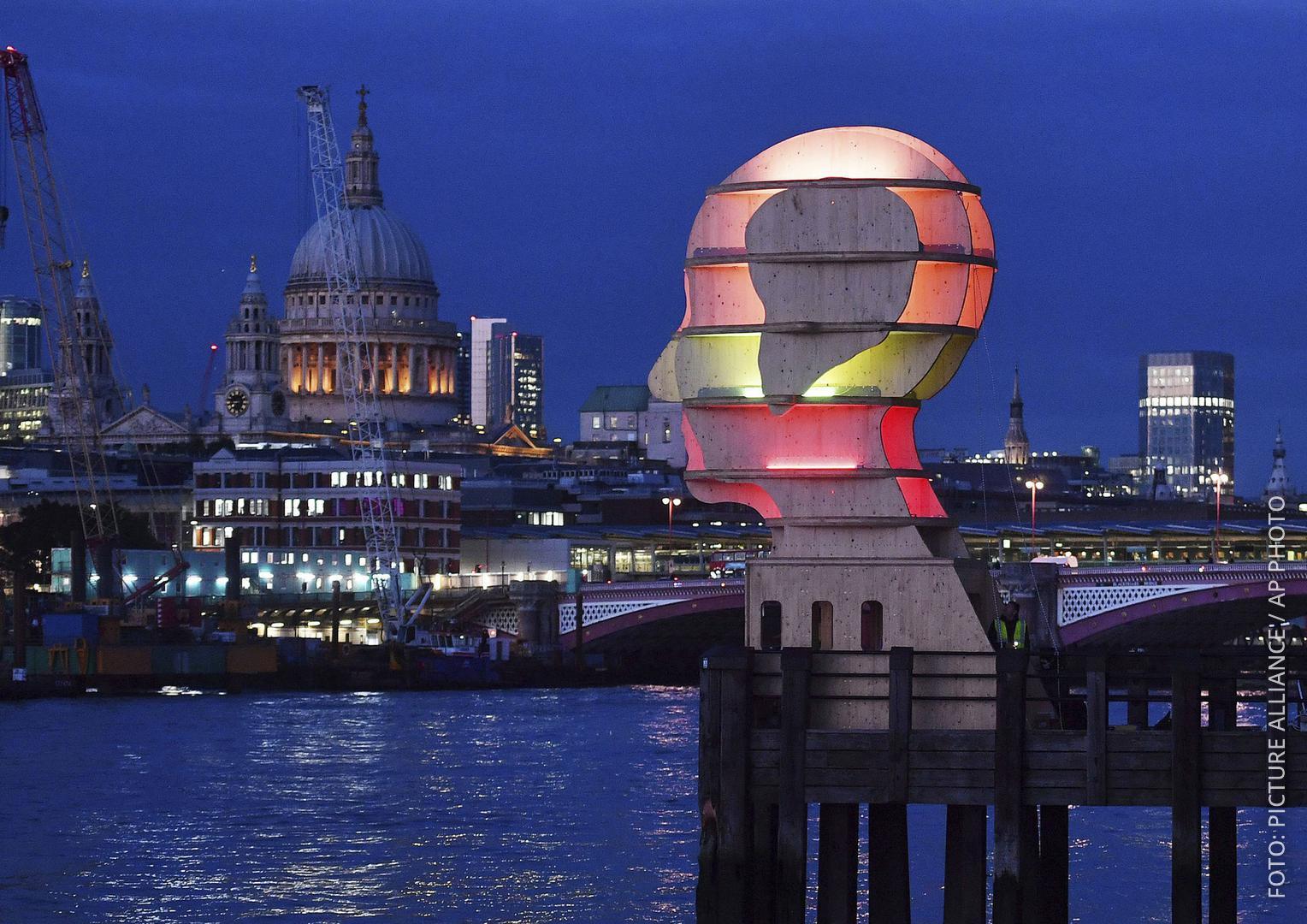 Leuchtende Installation an der Themse