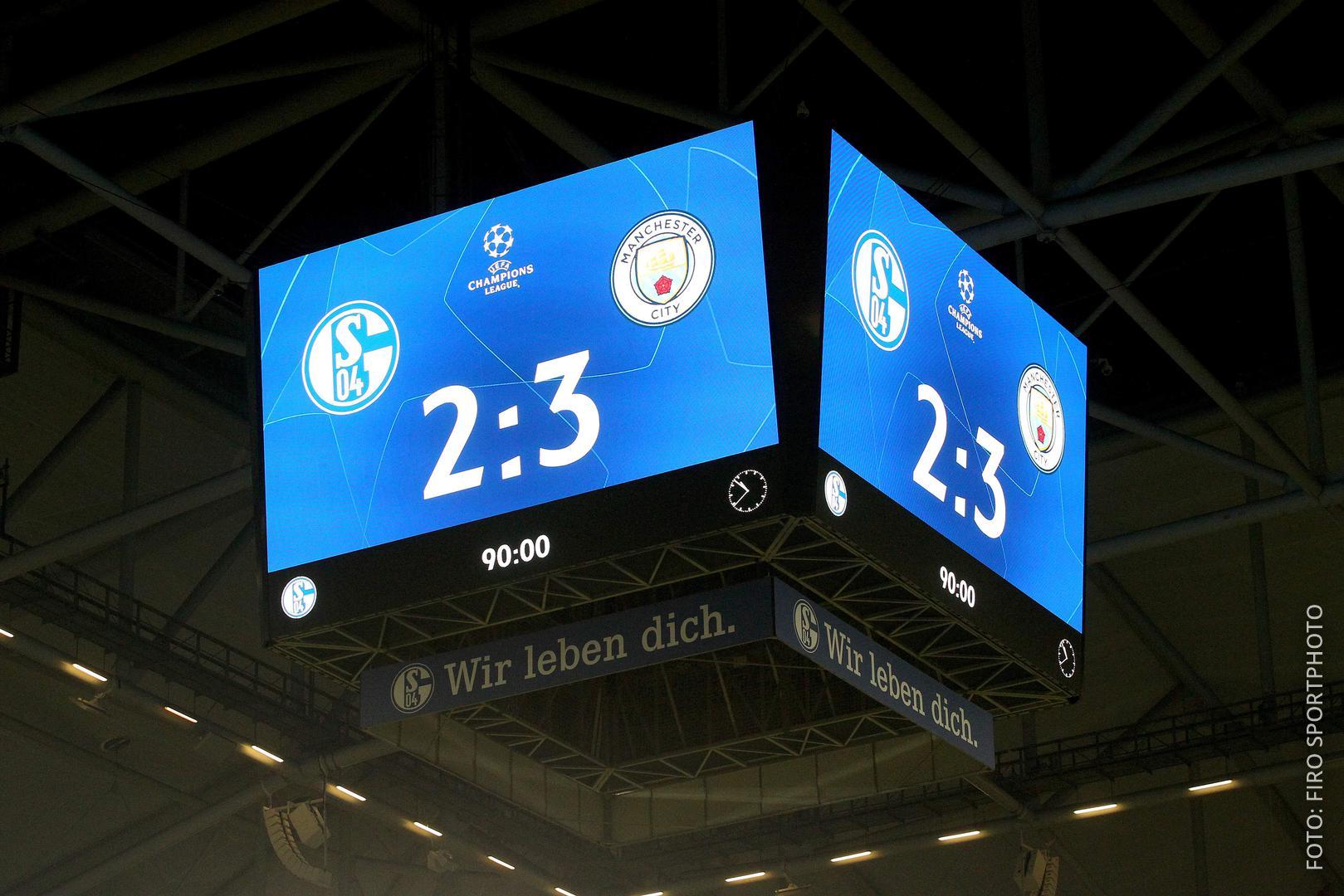 Der Videowürfel in der Arena auf Schalke zeigt das 2:3 zwischen Schalke 04 und Manchester City an.