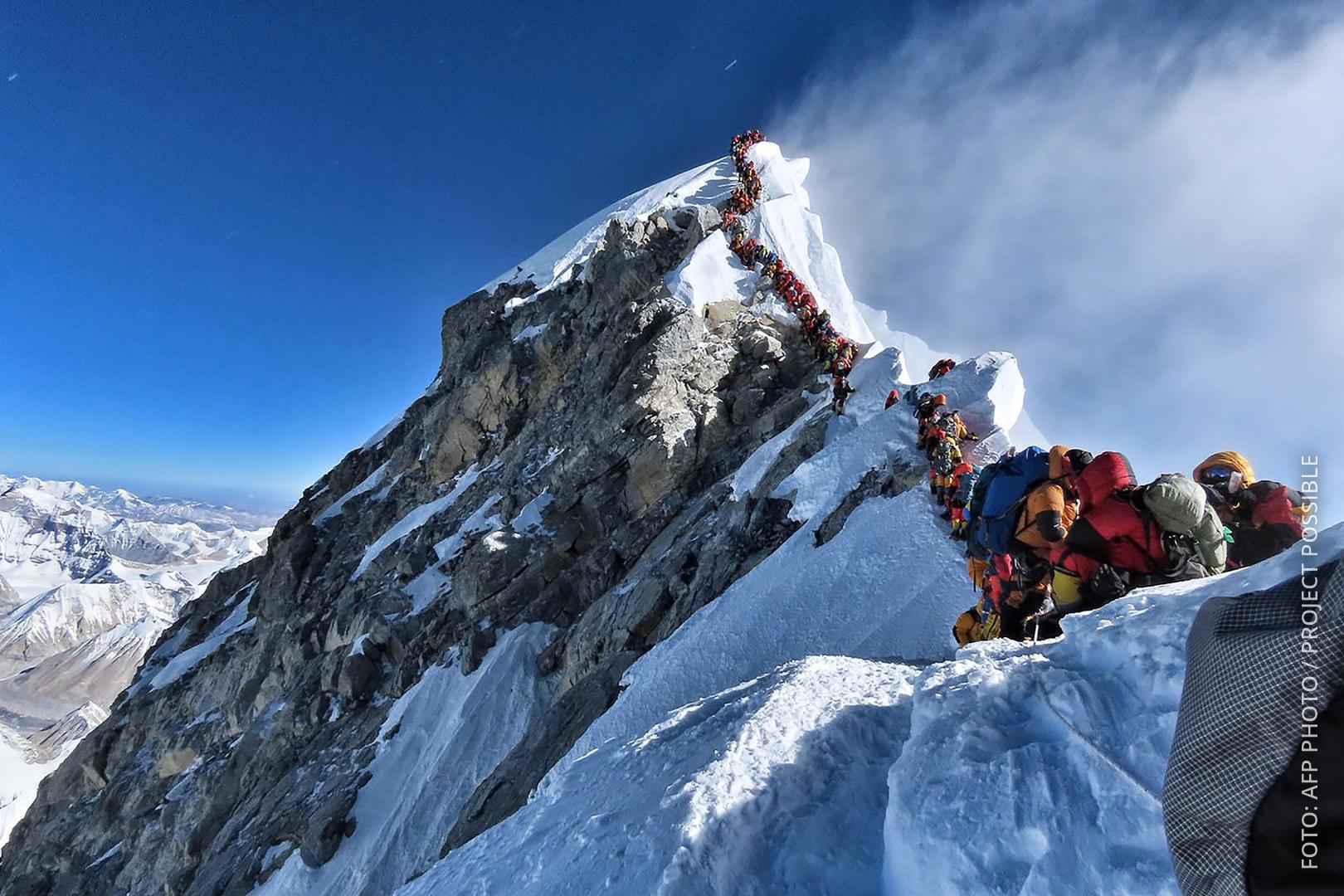 Bergsteiger stehen Schlange auf dem Mount Everest