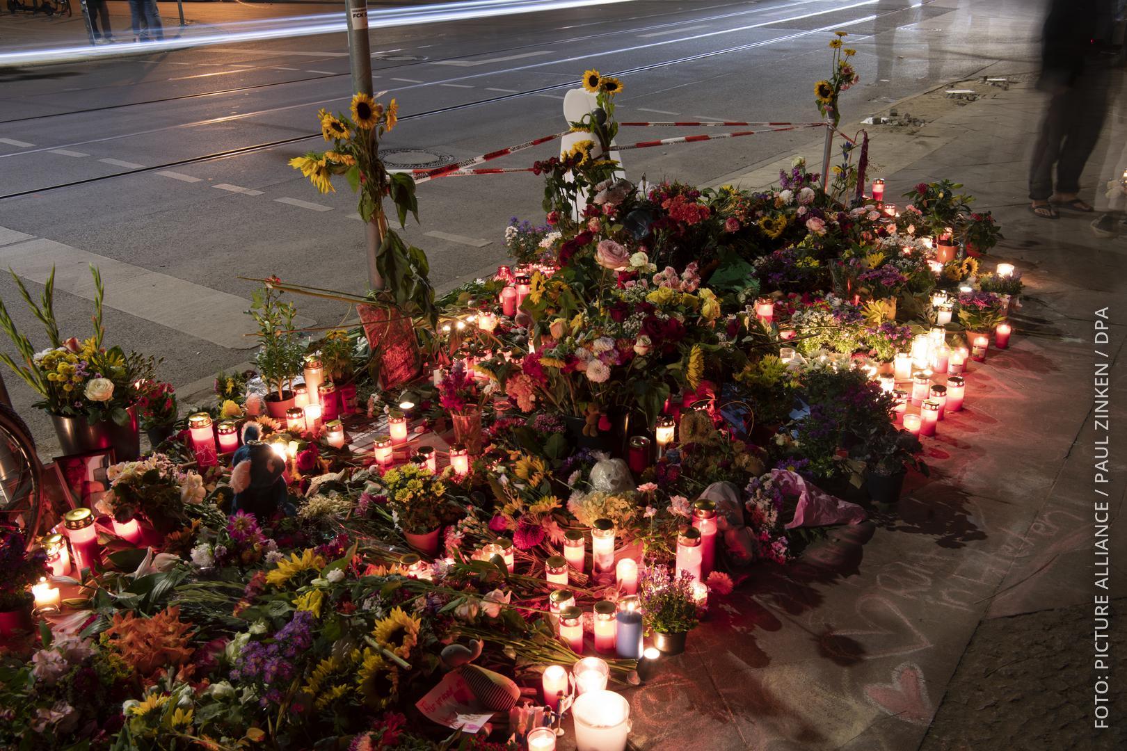 Blumen und Kerzen an der Unfallstelle in Berlin.