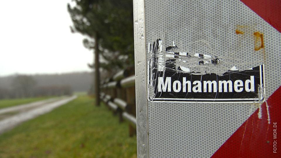 Abgerissener islamfeindlicher Aufkleber