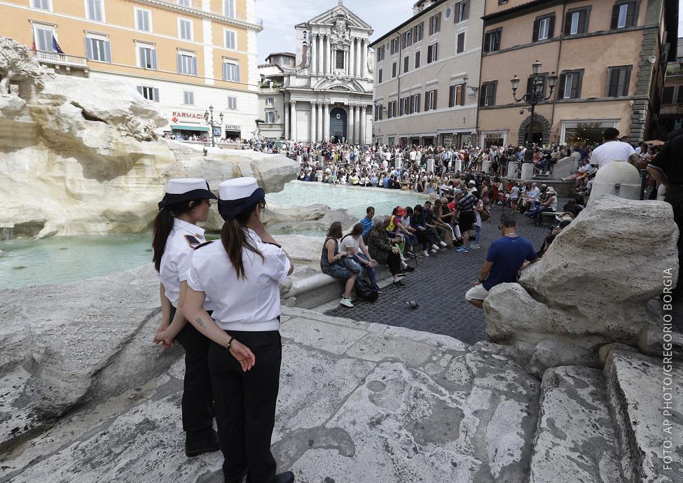 Touristen am Trevi Brunnen in Rom