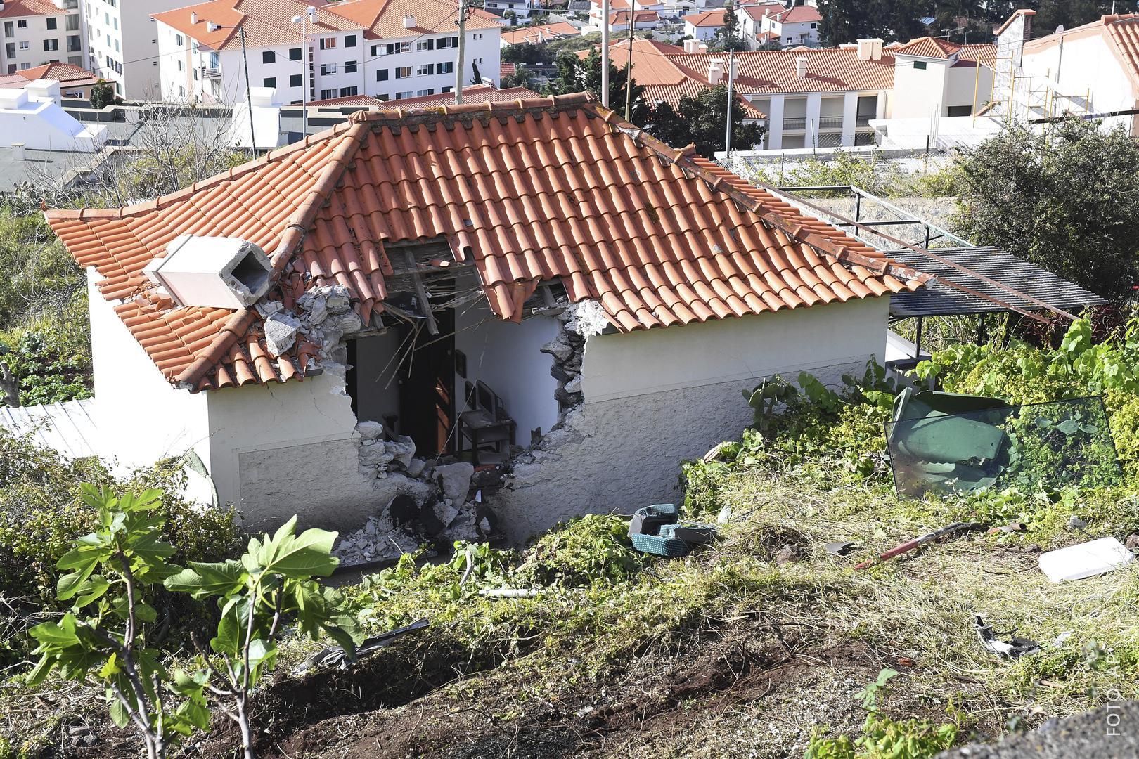 Das Haus, in das der Reisebus gekracht ist, hat ein riesiges Loch in der Wand