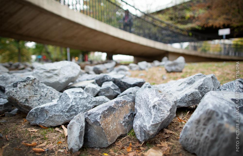 Steine liegen unter einer Brücke in Düsseldorf.
