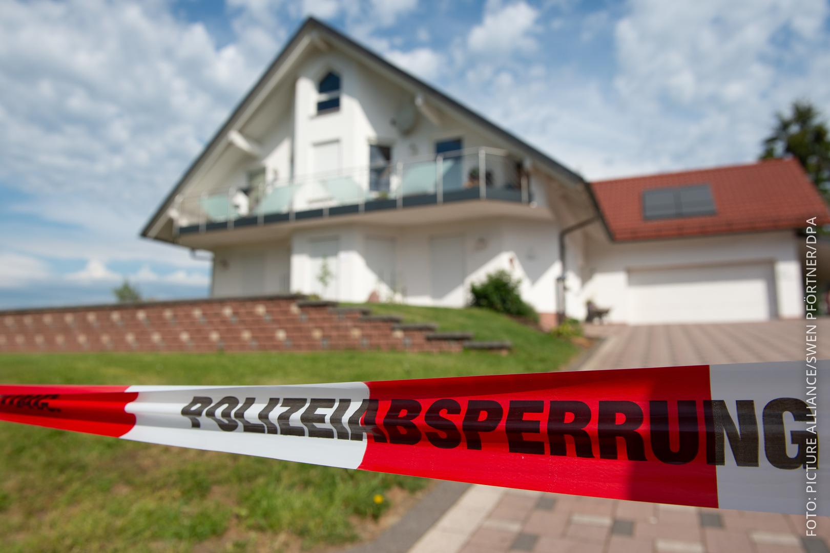 Polizeiabsperrung am Haus des Getöteten
