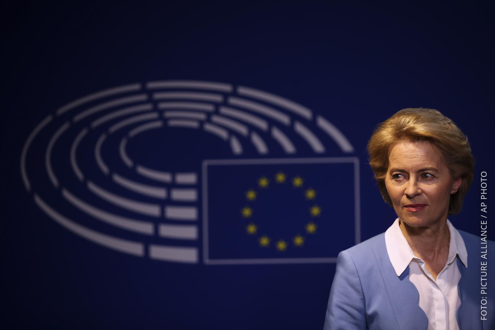Von der Leyen vor Bild vom Europaparlament