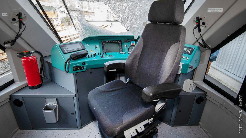 Innenansicht der Regio-Fahrerkabine mit zersplitterter Scheibe