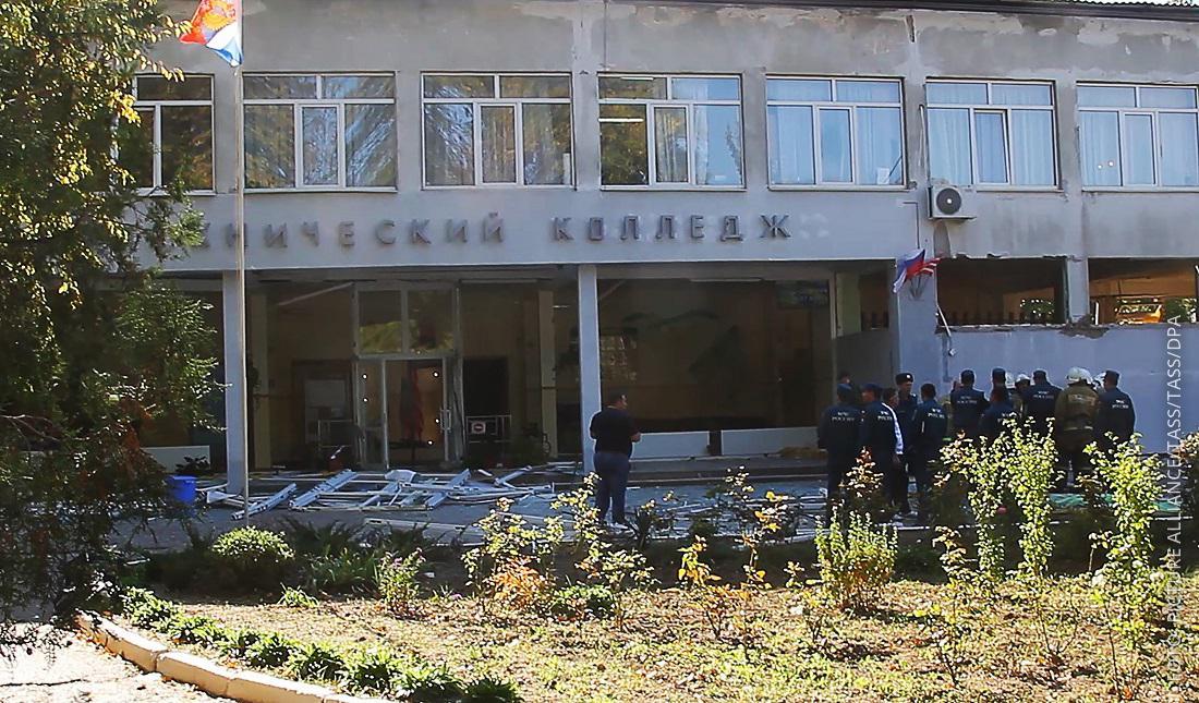 Einsatzkräfte vor Schulgebäude