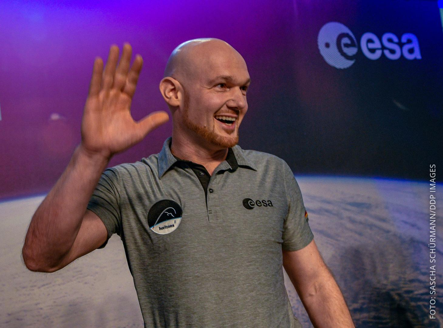 Der Astronaut Alexander Gerst winkt