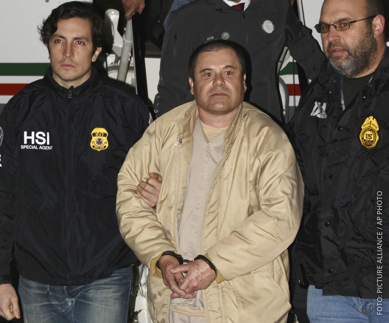 Joaquín Guzmán wird von zwei Polizisten abgeführt.