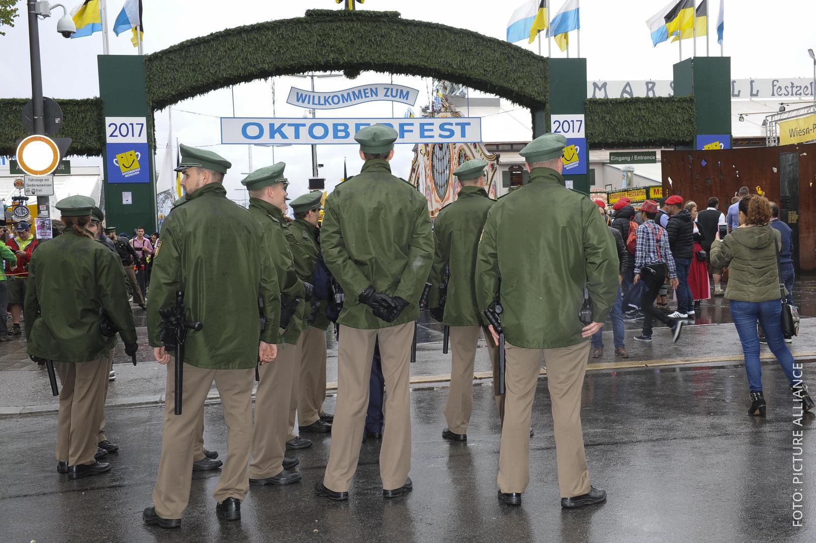 Polizei am Eingang zum Oktoberfest