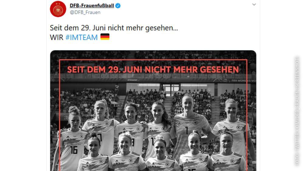 Schwarz-weißes Bild der Frauennationalmannschaft.