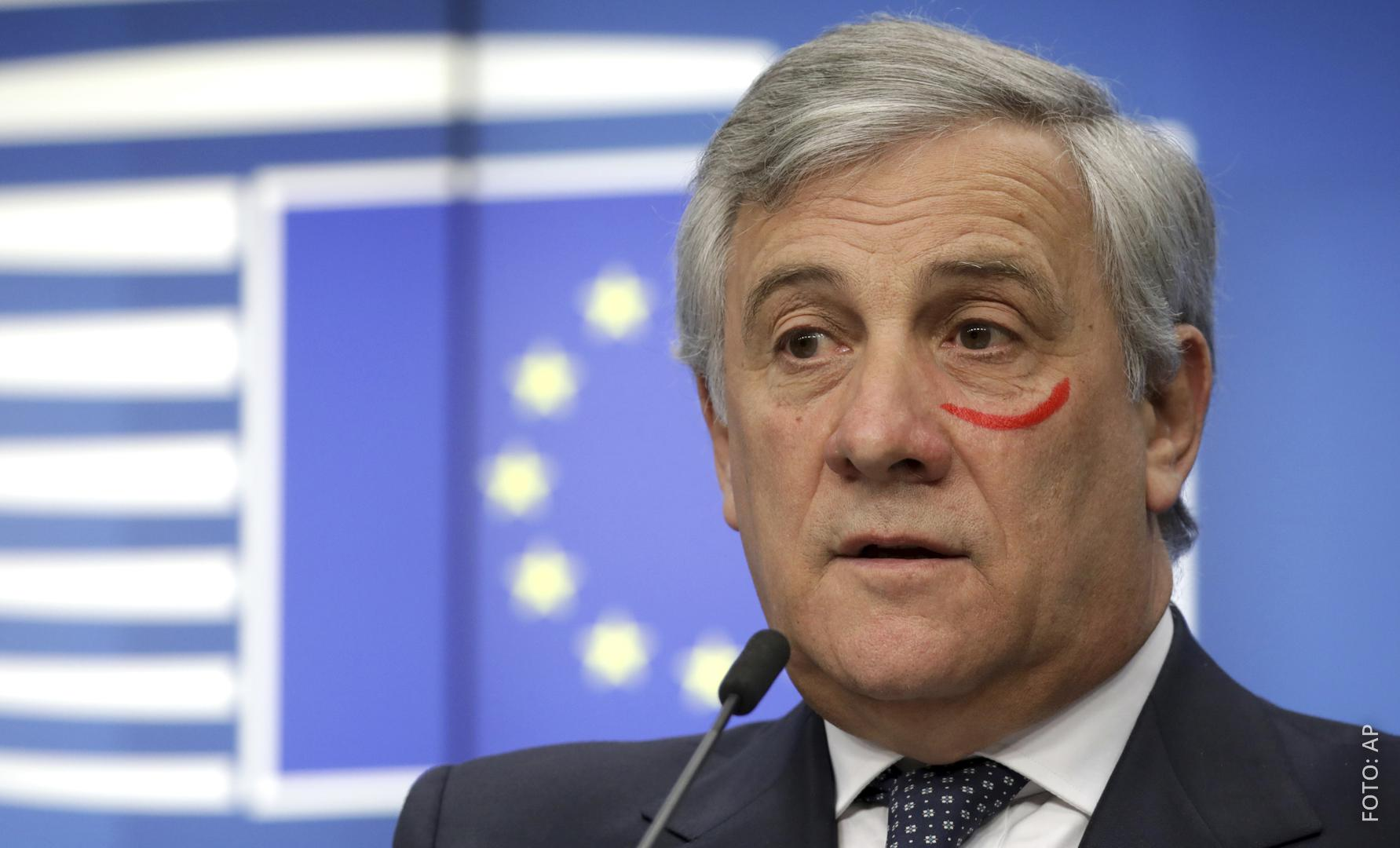 EU-Parlamentspräsident Tajani hat einen roten Kreis unterm Auge