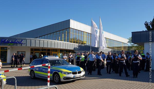 Polizisten stehen vor dem Rheinbad in Düsseldorf